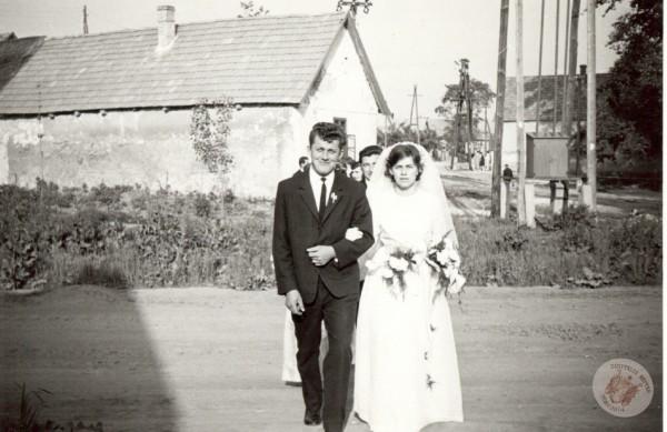 0052 1.5 Esküvői menet 1966. Sütő I-nétól.