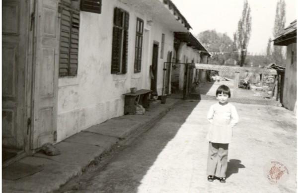 0055 Gyermek az udvaron 2. Sütő I-nétól
