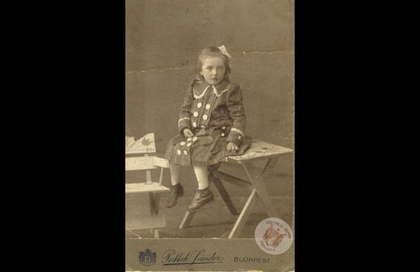 0069_42. Kislány az asztalon 1915 k. Kollár J-nétól