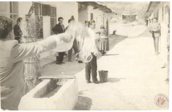 0092 Húsvéti locsolás 1962.k. 26.2 Kemény L-nétól